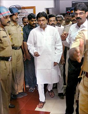 Raj Thackeray being arrested in Ratnagiri